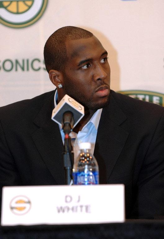 图文:[NBA]08NBA新秀 DJ-怀特表情严肃