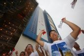 图文:圣火在东风航天城传递 观众为传递加油