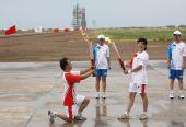 图文:奥运圣火在东风航天城传递 石飞交接