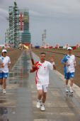 图文:奥运圣火在东风航天城传递 赵龙海传递