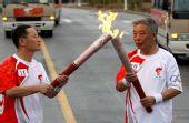 图文:奥运圣火在东风航天城传递 汪德源交接