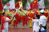 图文:奥运圣火在东风航天城传递 谌廷政交接