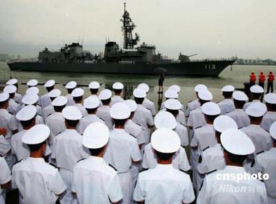 中国人民解放军海军官兵在湛江码头举行仪式欢送