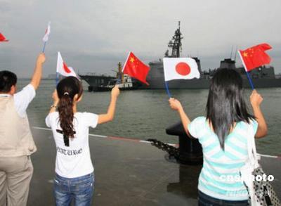 图为一些民众到港上欢送。中新社发 牛志军 摄