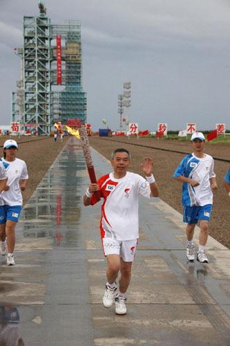 6月28日,火炬手赵龙海手持火炬传递。当日,北京奥运圣火在东风航天城传递