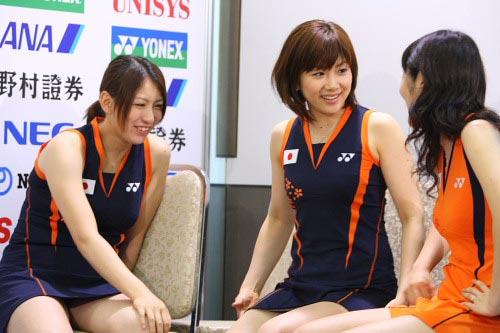 组图:日本女羽超短裙频走光
