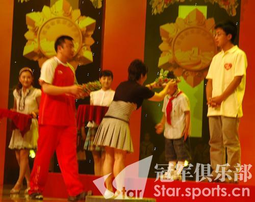 图文:抗震小英雄感动奥运冠军 亚萍为林浩颁奖