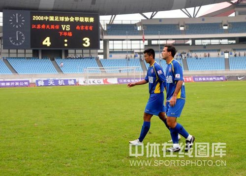 图文:[中甲]江苏4-3南京 大大的比分牌