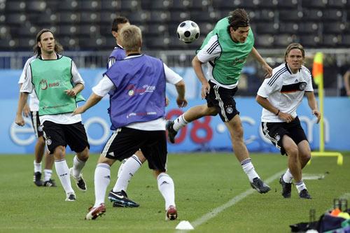 图文:德国队备战欧洲杯决赛 戈麦斯头球攻门