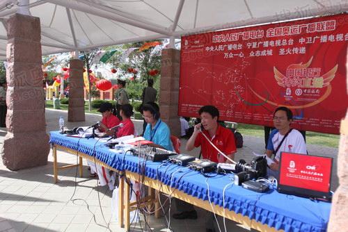 中卫站传递结束地点--中卫文化广场上,广播电台直播现场