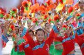 图文:奥运圣火在中卫传递 小演员仪式上表演