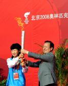 图文:奥运圣火在中卫传递 叶乔波举起圣火