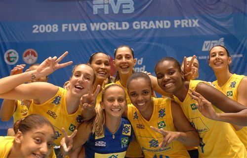 图文:巴西女排3-0德国女排 巴西女排开心合影