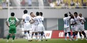 图文:[中超]北京不敌上海 姜坤与队友庆祝