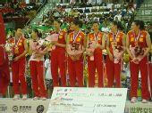 图文:中国女排3-2意大利 队员领奖台上交流