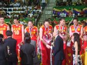 图文:中国女排3-2意大利 魏纪中与王一梅握手