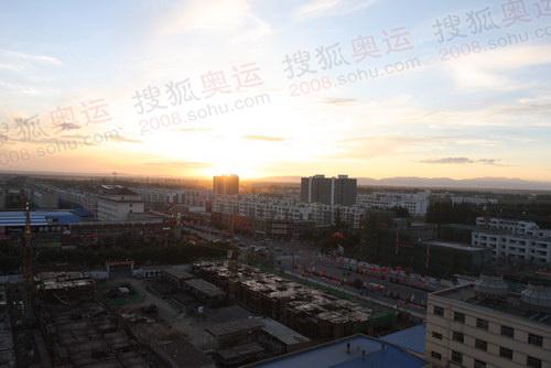 从宾馆的高层远眺,吴忠市的美景尽收眼底