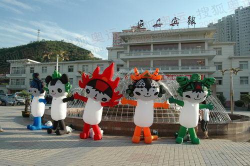 奥运团队入住酒店前广场上的福娃气模