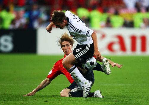 图文:德国VS西班牙 托雷斯与拉姆拼抢