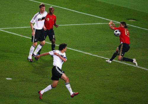 图文:德国VS西班牙 巴拉克击中拉莫斯