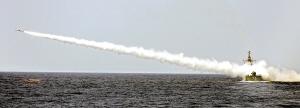 2006年8月26日,伊朗在波斯湾发射导弹。(资料图片)