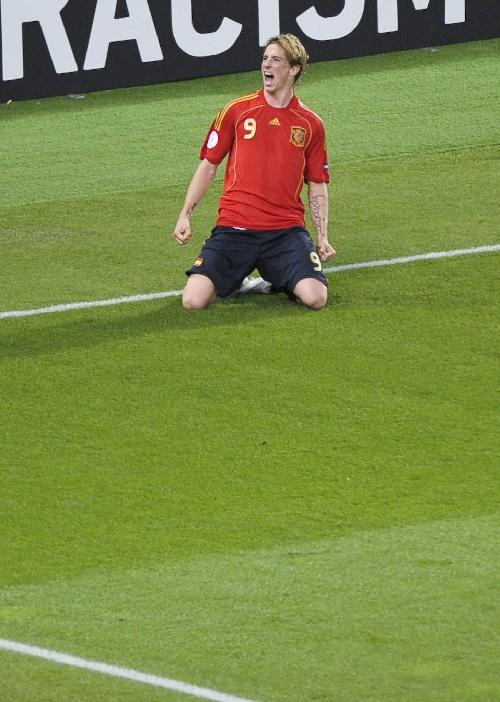 图文:[欧洲杯]德国VS西班牙 托雷斯庆祝进球