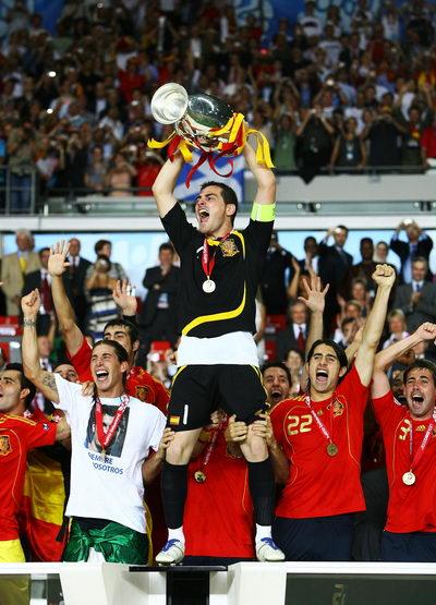 图文:德国0-1西班牙 队长卡西高举奖杯