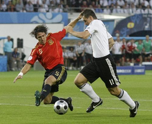 图文:[欧洲杯]西班牙1-0德国 克洛泽突破