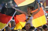 图文:[欧洲杯]西班牙1-0德国 身披国旗