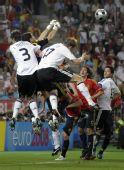 图文:[欧洲杯]西班牙1-0德国 门前空中混战