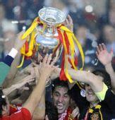 图文:西班牙捧得欧洲杯 西班牙队球员庆祝胜利