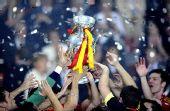 图文:西班牙捧得欧洲杯 球员争相触摸冠军奖杯