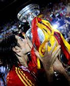 图文:西班牙捧得欧洲杯 德拉雷德亲吻冠军奖杯