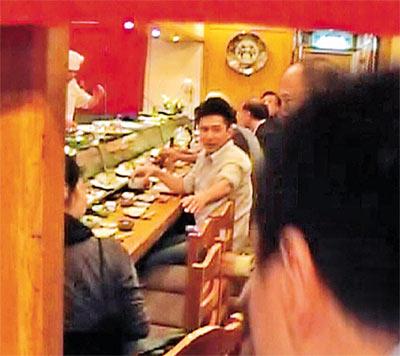 准新郎梁朝伟昨晚自掏腰包,包下餐厅与一众《赤壁》台前幕后工作人员吃饭。