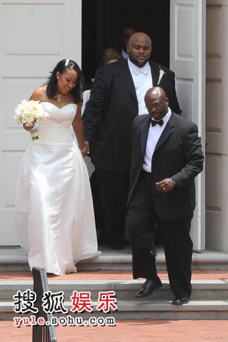 鲁本-史坦德与大自己一岁的空姐苏拉特-麦肯斯步入结婚礼堂