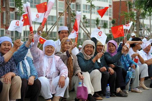 吴忠当地回汉各族群众为奥运加油。新华社记者 王鹏 摄