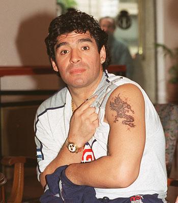 马拉多纳在搜狐记者面前展示左臂龙的纹身