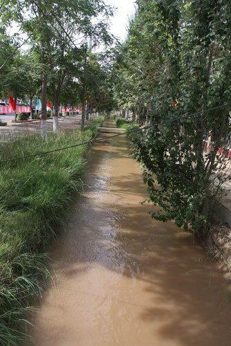 吴忠中学旁有小河流过