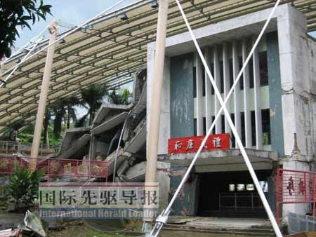 大门虽然完整,但后面的校舍已倒塌。陈姿妙/摄