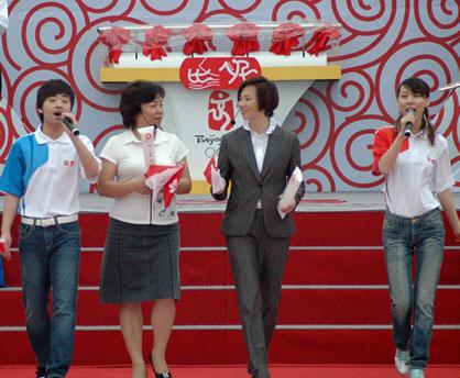 李丽珊与张小东演绎《心随帆动》(左二为张小东 左三为李丽珊)