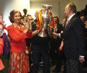 图文:[欧洲杯]西班牙1-0德国 国王夫妇慰问球队