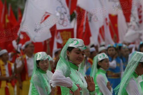 组图:吴忠站传递起跑现场 民族舞蹈魅力无穷