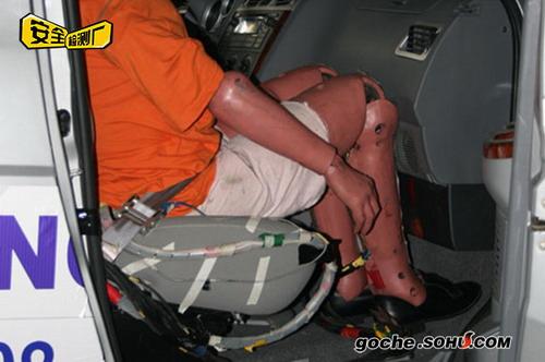 副驾驶座假人的膝盖、小腿和手套箱的亲密接触
