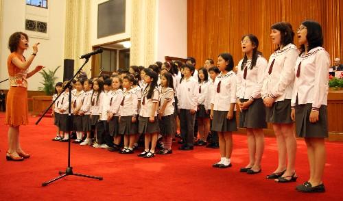 北京2008年北京奥运会加油助威的童声合唱团――北京加拿大国际学校儿童合唱团,在北京人民大会堂为北京中加学校2008年毕业典礼献歌。该合唱团由来自26个国家的儿童组成,其中年龄最小的只有6岁,最大的不到16岁。 张燕辉/摄