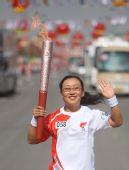 图文:奥运圣火在吴忠传递 第58棒火炬手传递