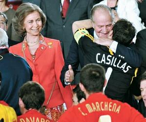 西班牙国王拥抱卡西利亚斯
