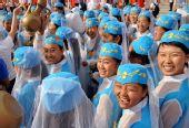 图文:奥运圣火在吴忠传递 演员们在起跑仪式上