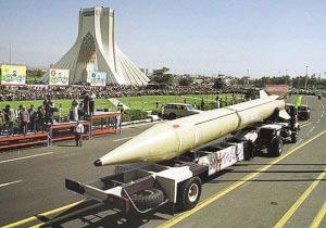 """伊朗在阅兵式上展示""""流星-3""""地地导弹 资料图片"""