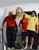 组图:西班牙队飞抵马德里 老帅和卡西高举奖杯