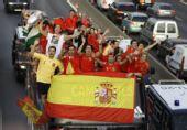 组图:西班牙庆祝引爆马德里全城 老帅被抛空中